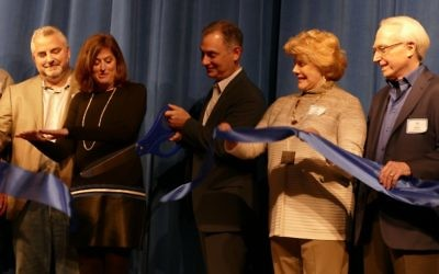 Board President Jon Leven, who co-chaired the fundraising campaign with Mara Berman and Sam Tuck, cuts the ribbon on the stage of the new Rosenberg Performing Arts Theatre. Theater donors Dulcy and Jerry Rosenberg are to his left; Tuck and Head of School Amy Shafron are to his right.
