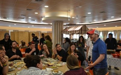 Atlantan Adam Hirsch expresses gratitude to Hodayot students after lunch in the new dining hall.