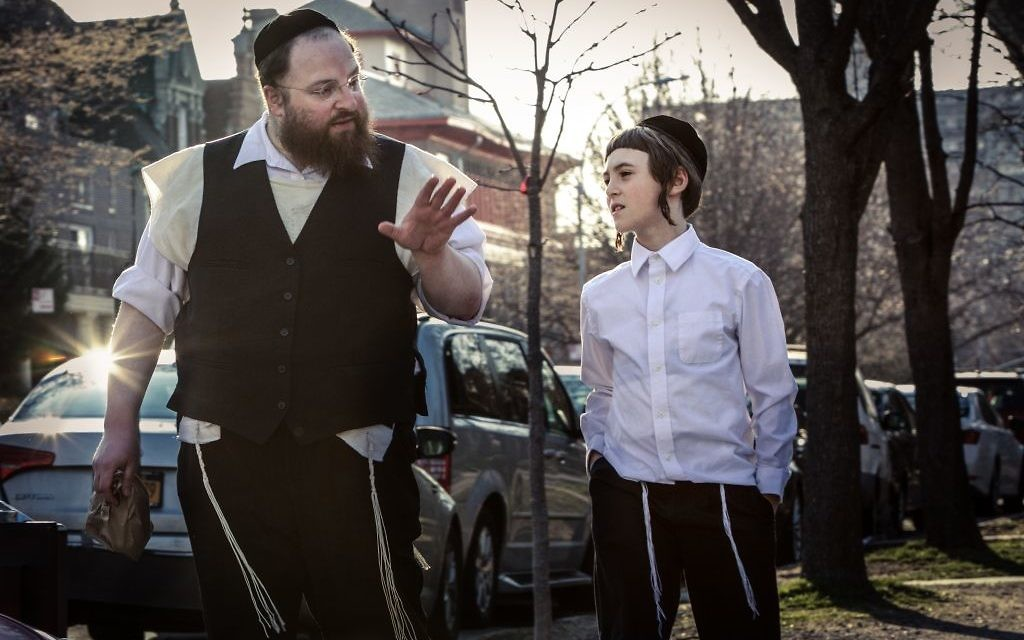 The widowed Menashe (Menashe Lustig) struggles to raise his son alone.