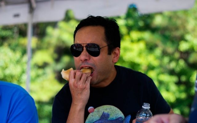 Photo by Joshua Jacobs: Teddy Delacruz of Chicago consumes six bagels in five minutes to win $500 at the 2016 Noshfest.