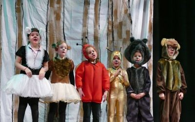 Girl Skunk (first-grader Lily Tritt), Girl Monkey (first-grader Gavi Silverman), Ladybug (first-grader Meital Bernstein), Gold Snail (first-grader Tirza Monheit), Raccoon (first-grader Amalia Gellis) and Boy Monkey (first-grader Jordan Koransky) look for
