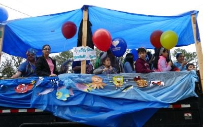 With the help of a bubble machine, Congregation Netzach Israel take the float theme under the sea.