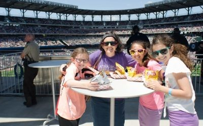 Ashley Marks and her daughters enjoy a kosher lunch with Ella Katz.