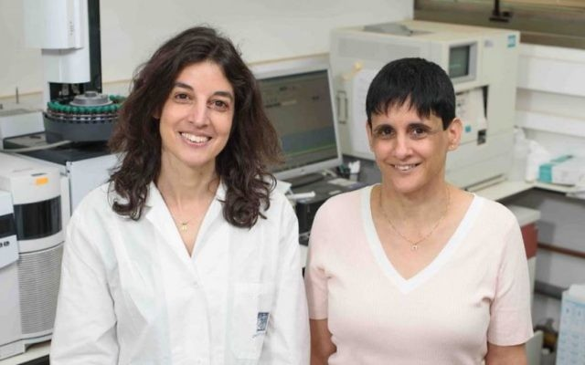 Noa Stettner (left) and Ayelet Erez suggest that natural supplements will alleviate inflammatory bowel diseases by boosting nitric oxide only where it is needed. (Weizmann Institute photo)