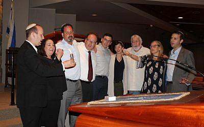 Cantor Nancy Kassel (second from left) joins Rabbis Daniel Dorsch, Spike Anderson, Jordan Ottenstein, Max Miller, Rachael Miller, Shalom Lewis, Alexandria Shuval-Weiner and Jason Holtz at Tisha B'Av unity service at Congregation Etz Chaim. (Photos by Roni Robbins)