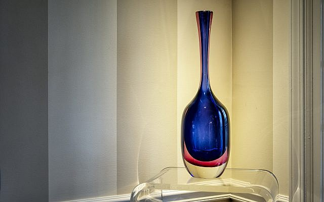 Wilensky placed this Venetian glass vase by Archimede Seguso in her foyer.