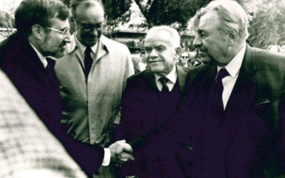 Thomas Pickering (in raincoat) in Israel in 1986 with Rabbi Alvin Sugarman of The Temple, Prime Minister Yitzhak Shamir and Jerusalem Mayor Teddy Kollek.
