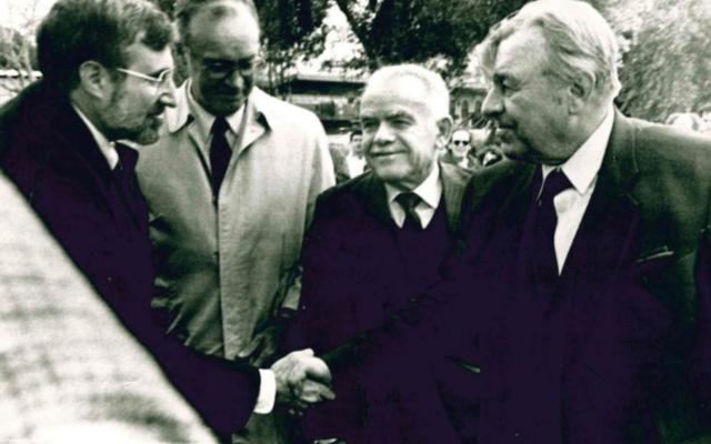 Thomas Pickering (in raincoat) in Israel in 1986 with Rabbi Alvin Sugarman of The Temple, Prime Minister Yitzhak Shamir and Jerusalem Mayor Teddy Kollek.