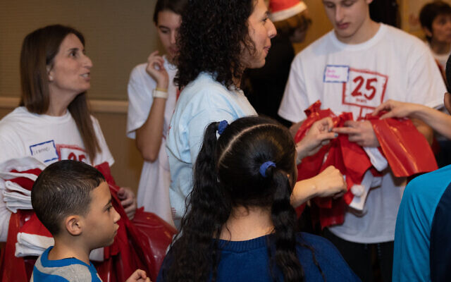 Amy Zeide pairs up younger guests with teen volunteers.