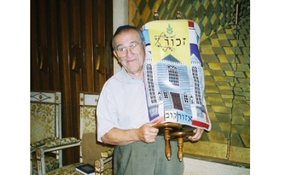 Rubin Lansky holding the Ozorkow Torah at the Ahavath Achim Synagogue.