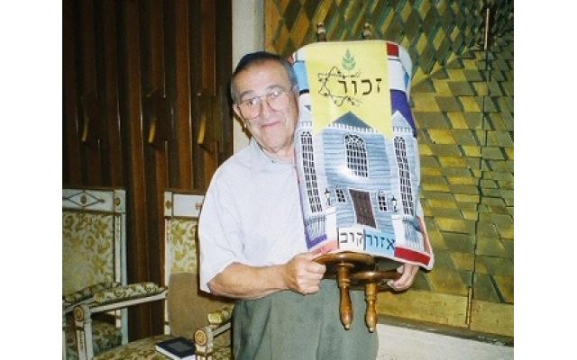 Rubin Lansky holding the Ozorkow Torah at the Ahavath Achim Synagogue.