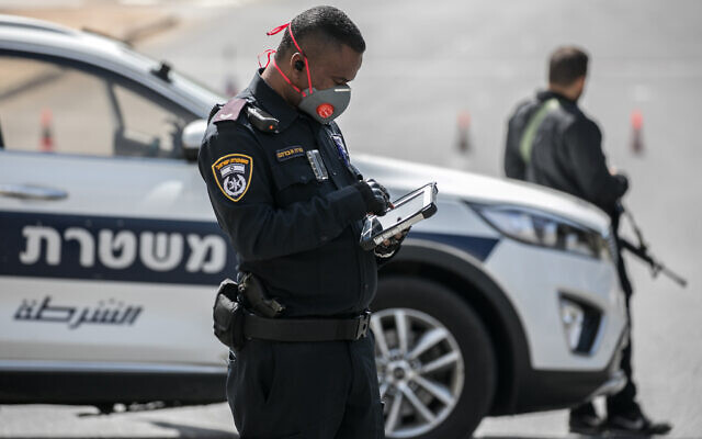 """Police set up temporary """"checkpoints"""" at the entrance to Jerusalem to check people are not disobeying the governments orders on a partial lockdown, which went into effect last night, in order to prevent the spread of the Coronavirus. March 26, 2020. Photo by Olivier Fitoussi/FLASH90"""