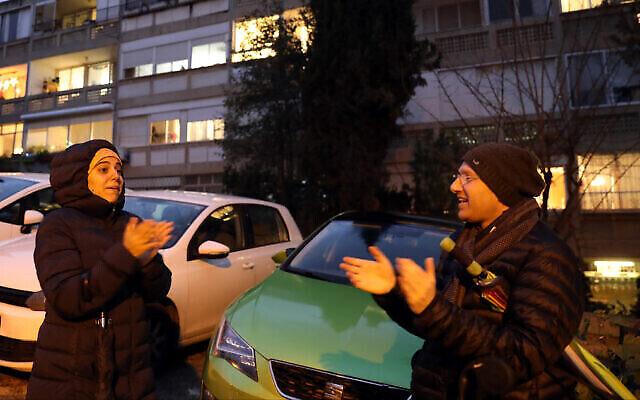 People in Jerusalem applaud medical staff battling coronavirus, March 19, 2020 (Yossi Zamir/Flash90)