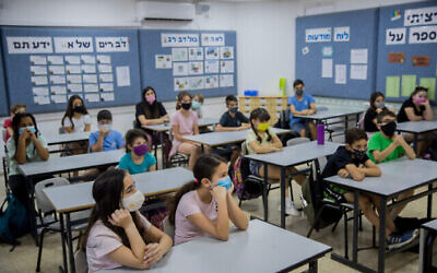 Israeli students wear protective face masks at the Hashalom School in Mevaseret Zion, near Jerusalem, May 17, 2020. (Yonatan Sindel/Flash90)
