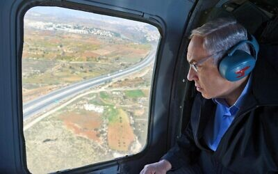 Prime Minister Benjamin Netanyahu in a helicopter ride, during a tour of the Gush Etzion area and the IDF Etzion brigade, November 23, 2015. (Haim Zach/GPO)
