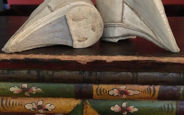 Tiny mourning shoes