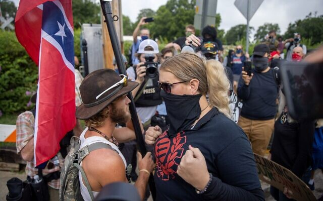 A counter-protester and a Confederate monument supporter confront each other. // Nathan Posner of AJT