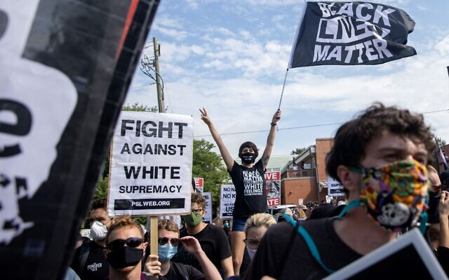 A counter-protester waves a Black Lives Matter flag in opposition to Heritage Not Hate protest in Stone Mountain. // Nathan Posner of AJT