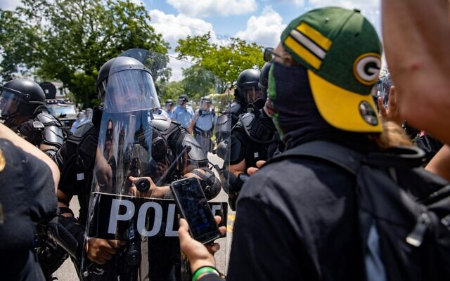 A veteran who was protesting speaks with Stone Mountain riot police.// Nathan Posner of AJT
