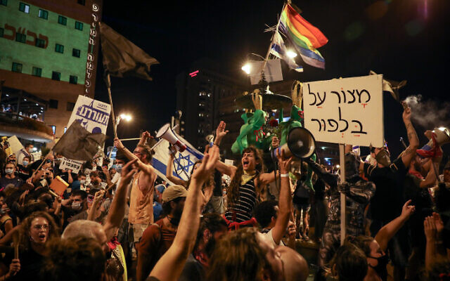Israelis protest against Prime Minister Benjamin Netanyahu outside his official residence in Jerusalem on August 8, 2020. Times of Israel. (Olivier Fitoussi/Flash90)