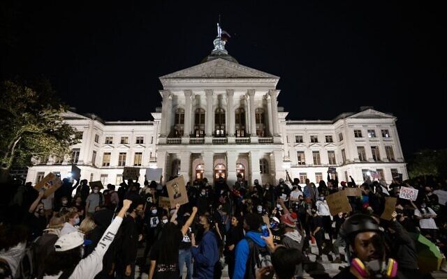 Protesters surround the Georgia State Capitol building as part of Black Lives Matter protests over the death and case of Breonna Taylor. // Nathan Posner for the AJT.