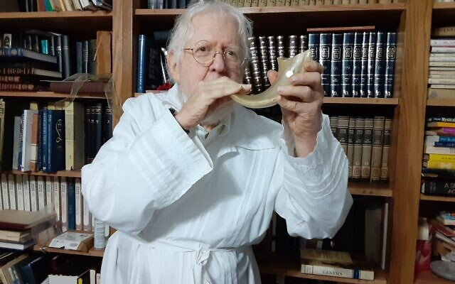 Zvi Shapiro blows the shofar at the end of Yom Kippur
