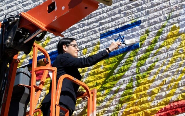 Atlanta's Israel Consul General Anat Sultan-Dadon completes the image of Israel's flag on the new mural.