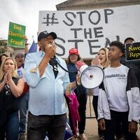 State Rep. Vernon Jones speaks at the protest. // Nathan Posner for the AJT.