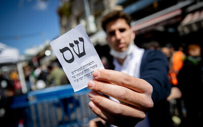 Shas party supporters at the Mahane Yehuda market in Jerusalem on March 19, 2021, four days before the general election. (Yonatan Sindel/Flash90)
