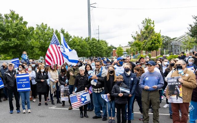 Photos by Nathan Posner for the AJT//  Pro-Israel supporters before a rally in Sandy Springs Wednesday.