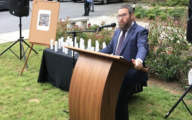 Rabbi Mendy Gurary addresses the community during the unity service.