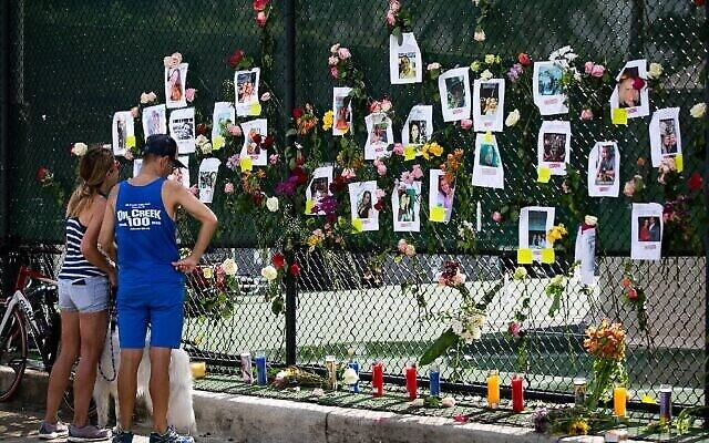 Visitors at a makeshift memorial at the site of a collapsed building in Surfside, Florida, north of Miami Beach, on June 26, 2021 (Andrea SARCOS / AFP)