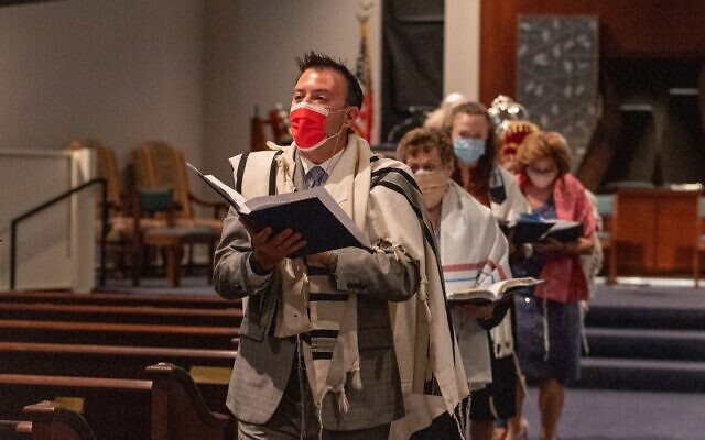 Rabbi Jesse Charyn leads his five b'nai mitzvah students in the Torah procession.