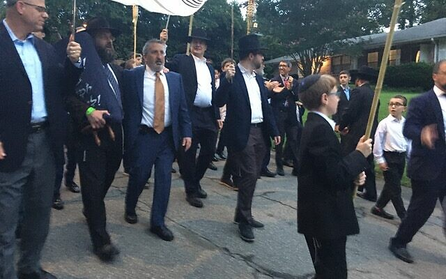 Photos by Allen H. Lipis // The Torah procession winds its way through the North Druid Hills.