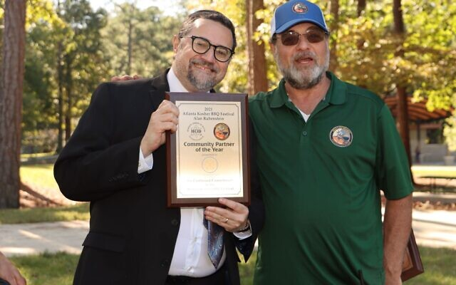 "Jody Pollack, event organizer and BBQ Pitmaster presents ""Community Partner Award"" to Rabbi Joshua Heller of Congregation B'nai Torah. (Credit: Sean Evett, Cavender Creek Photography)"
