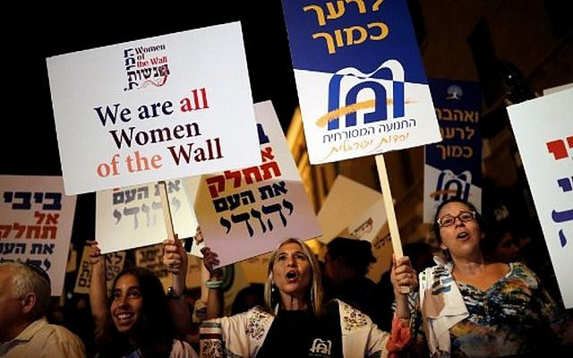 Israeli protesters gather outside Prime Minister Benjamin Netanyahu's residence in Jerusalem on July 1, 2017, to demonstrate against a government decision to abandon a deal for a permanent pluralistic prayer facility at the Western Wall jointly overseen by all streams of Judaism. (AFP/Thomas Coex)