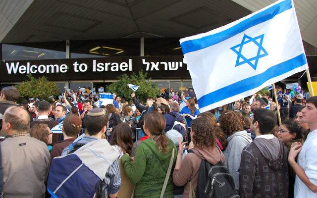 Illustrative. New olim are welcomed at Ben Gurion International Airport. (Rachael Cerrotti/Flash90)