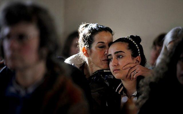 Mourning in Newtown (Photo: AP/David Goldman)