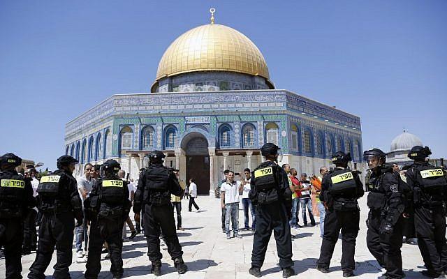 Illustrative: Israeli police on the Temple Mount. (Sliman Khader/Flash90)