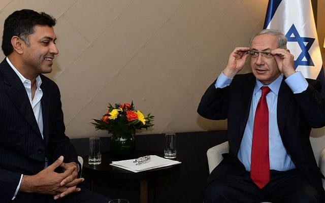Prime Minister Benjamin Netanyahu tries out Google Glass during a meeting with with Google's chief business officer Nikesh Arora at the annual meeting of the World Economic Forum (WEF) in Davos, January 24, 2014. (Photo credit: Kobi Gideon/GPO/Flash90)