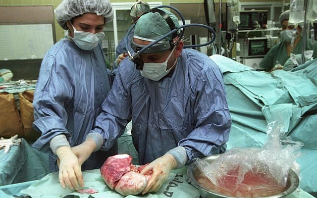 Doctors perform a liver transplant, April 7, 2003 (file photo: Flash90)