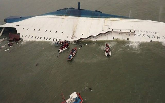 Coast guard members search for passengers near the sunken South Korean ferry Sewol on April 17, 2014. (photo credit: AFP PHOTO/ ED JONES)