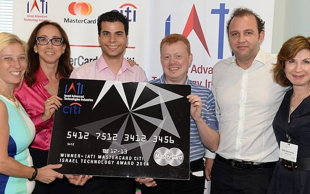 Israeli start-up Pricence accepts first prize in the 2014 MasterCard Israel Technology Award event. (Courtesy)