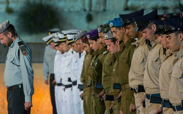 IDF soldiers stand at attention and bow their heads as a one-minute siren sounds during a Memorial Day ceremony at the Western Wall, Judaism's holiest site, in Jerusalem's Old City, April 21, 2015. (Yonatan Sindel/Flash90)