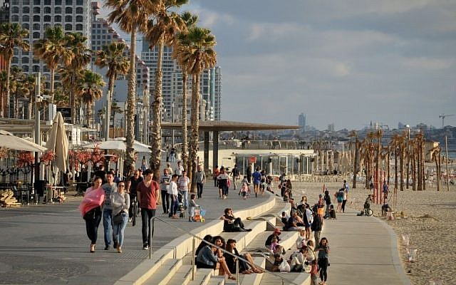 The promenade and hotels along the beach in Tel Aviv, May 3, 2015 (Serge Attal/Flash90)