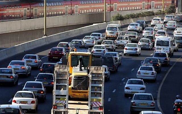 Illustrative photo of heavy traffic on the highway entering Tel Aviv. (Nati Shohat/Flash90)