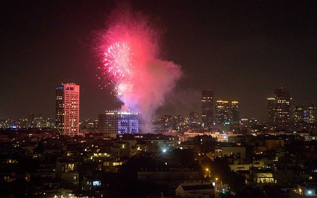 Fireworks over Tel Aviv celebrating Israel's 68th Independence Day, May 11, 2016. (Miriam Alster/FLASH90)