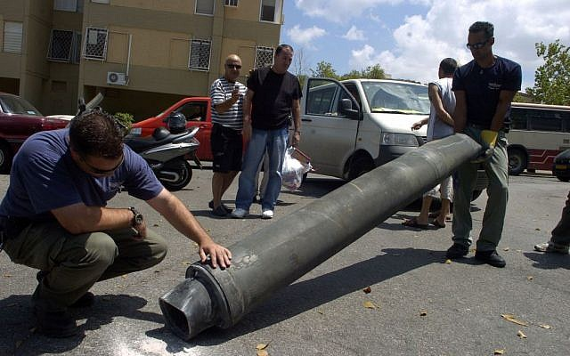 Israeli explosives experts inspect a Hezbollah rocket after it landed in the northern Israeli city of Haifa, August 9, 2006. (Max Yelinson /Flash90)