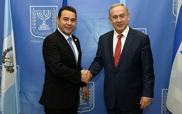 Prime Minister Benjamin Netanyahu (R) meets with Guatemalan President Jimmy Morales (L) in Jerusalem on November 29, 2016. (Haim Zach / GPO)