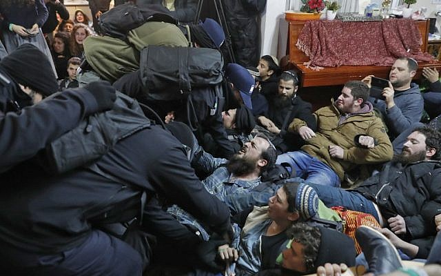 Israeli settlers scuffle with security forces at the Amona outpost during an evacuation operation on February 1, 2017. (AFP/Jack GUEZ)